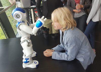 Kinderen gefascineerd door robot