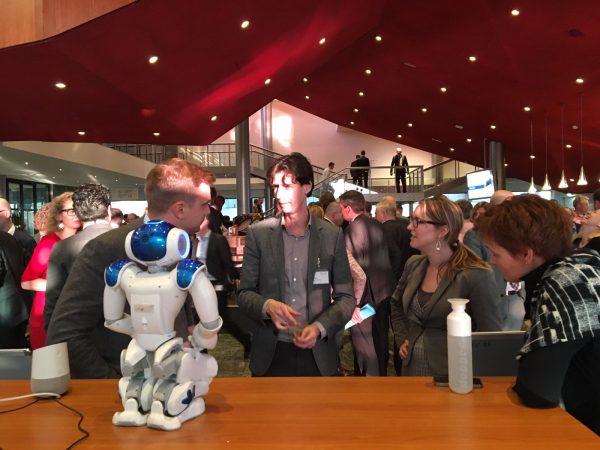 Randall met Nao robot en Google home