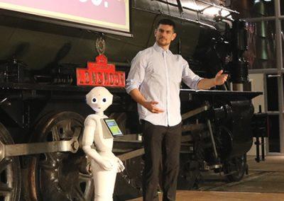 Robot Danser Sam met Pepper op het podium