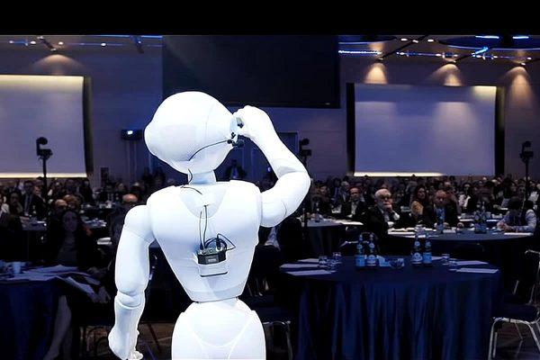 Robot op het podium op een innovatie event